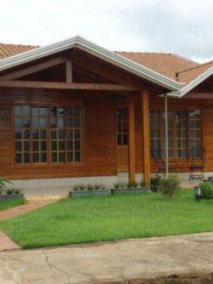 casa-pre-moldada-madeira-com-jardim-e-varanda